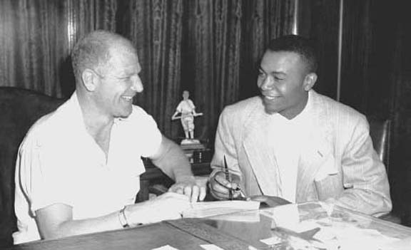 Bill Veeck signs Doby